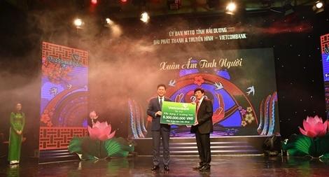 Vietcombank ủng hộ 8,3 tỷ đồng xây dựng trường học và trao quà cho người nghèo