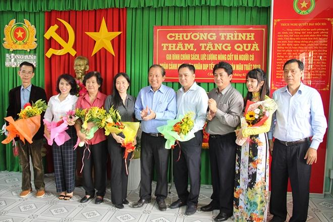 Phó Thủ tướng Thường trực Trương Hòa Bình tặng hoa cho các nhà tài trợ.