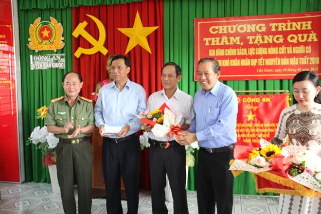 Phó Thủ tướng Thường trực Trương Hòa Bình cùng Đại tá Trần Kim Thẩm và nhà tài trợ tăng 200 triệu đồng cho Quỹ khuyến học 2 huyện Cần Giuộc, Cần Đước.
