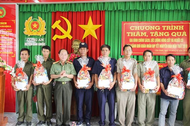 Đại tá Trần Kim Thẩm cùng nhà tài trợ tặng quà tết cho hộ chính sách ở huyện Cần Giuộc.