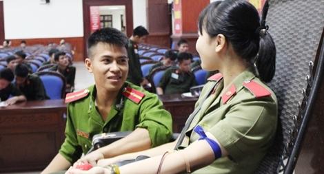 Hơn ba trăm đoàn viên Công an TP Hải Phòng tham gia hiến máu tình nguyện