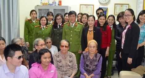 Công an Hải Phòng tặng quà Hội người mù