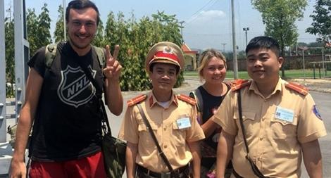CSGT giúp đỡ hai du khách người Nga đánh rơi ví tiền