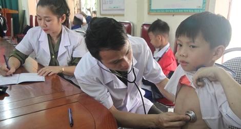 Bệnh viện Công an Nghệ An khám bệnh cho các em học sinh