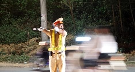 Cảnh sát giao thông bám đường giữa đêm bảo vệ lễ hội Đền Hùng
