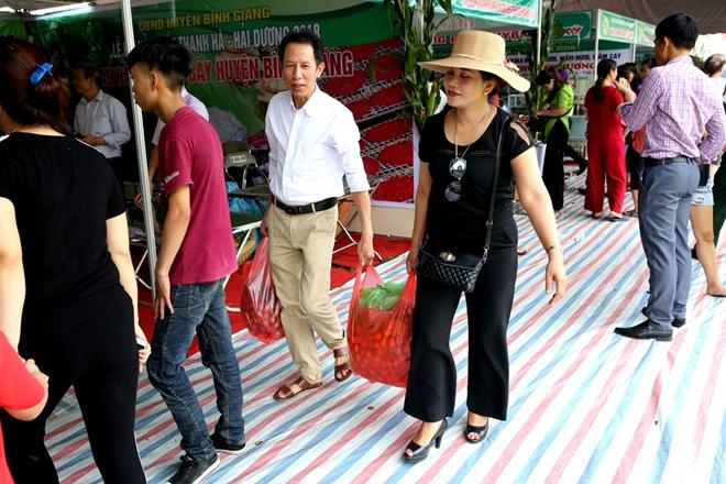 Rất nhiều vị khách rời lễ hội với các túi nặng trĩu vải Thanh Hà.