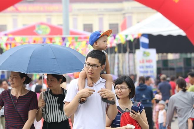 Lễ hội cũng thu hút không ít các vị khách nhỏ tuổi.