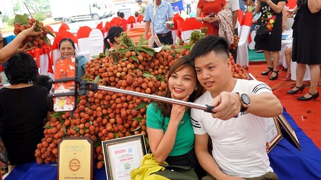 Một đôi bạn trẻ chụp ảnh bên cảnh đặc sản của huyện Thanh Hà - Hải Dương.