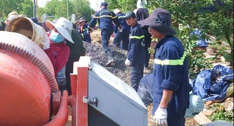 Tuổi trẻ Cảnh sát PCCC Đà Nẵng làm đường giúp dân