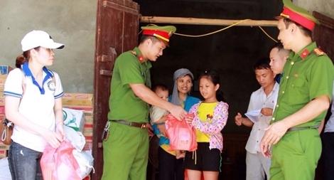 Trường Trung cấp cảnh sát vũ trang giúp người dân Nam Phương Tiến sau lũ