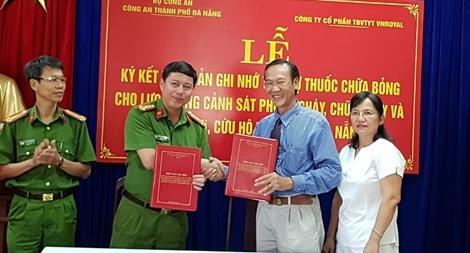Cảnh sát PCCC Đà Nẵng tiếp nhận tài trợ các sản phẩm xử lý bỏng và thương tích