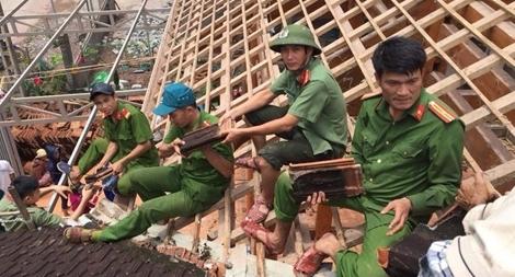 Lực lượng Công an giúp dân khắc phục hậu quả mưa lũ