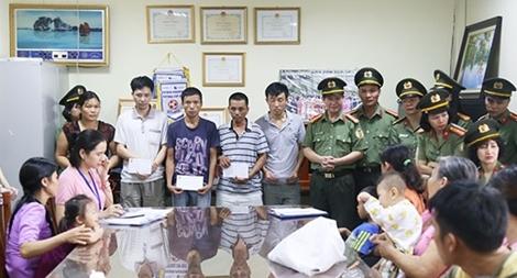 Trao quà cho các nạn nhân trong vụ cháy gần BV Nhi Trung ương