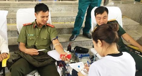 Đoàn thanh niên Công an huyện Vĩnh Lộc (Thanh Hóa) tham gia hiến máu cứu người