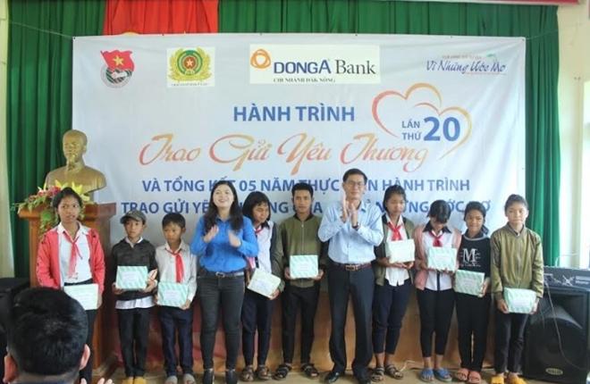 Trại giam Đắk Plao tặng quà cho các gia đình chính sách