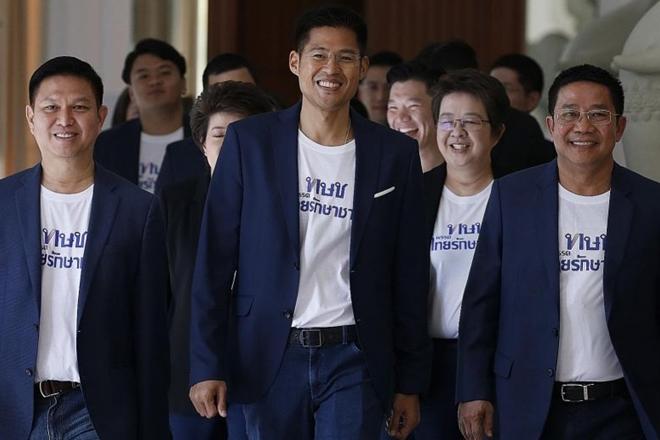 Hai anh em cựu thủ tướng Thái Lan lập đảng mới tái xuất chính trường