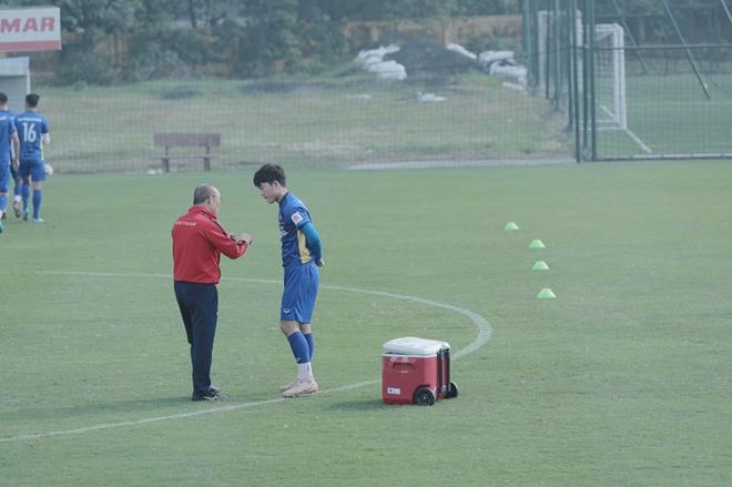 Trong buổi tập ngày hôm nay, HLV Park Hang Seo có một số nhắc nhở với Xuân Trường. Cầu thủ Tuyên Quang chưa thể hiện được phong độ tốt nhất trong giải đấu vừa qua.