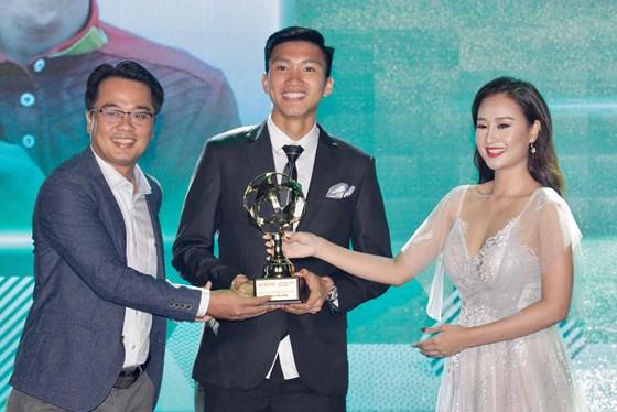 Đoàn Văn Hậu giành giải thưởng Cầu thủ nam trẻ xuất sắc nhất.