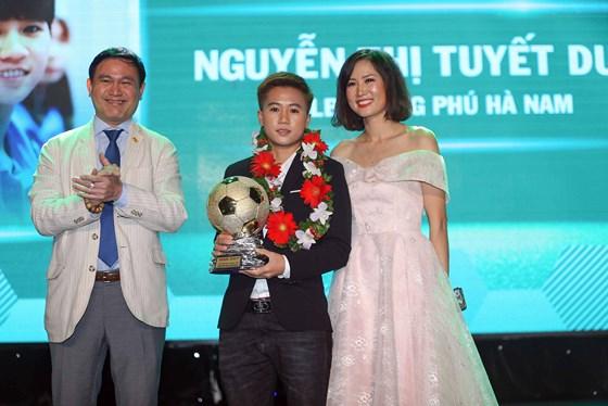 Tuyết Dung được vinh danh ở giải thưởng Quả bóng vàng nữ 2018