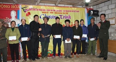 Tặng quà Tết cho nhân dân xóm Bình Chỉnh, Lũng Láo xã Tri Phương