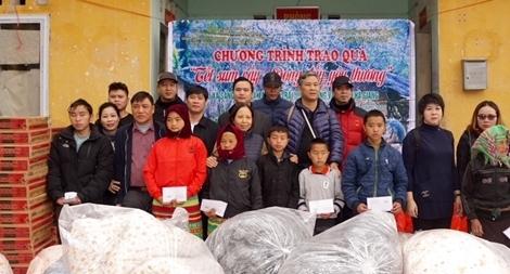Quà tết sớm đến với đồng bào Mông huyện Đồng Văn, tỉnh Hà Giang