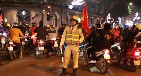 Công an Thủ đô đảm bảo ANTT cho người dân xuống đường mừng chiến thắng của đội nhà