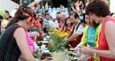 Khách quốc tế hào hứng trải nghiệm làm bánh cổ truyền Tết Việt