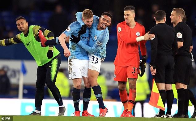 Chiến thắng trước Everton giúp ManCity giật lại ngôi đầu bảng từ Liverpool.