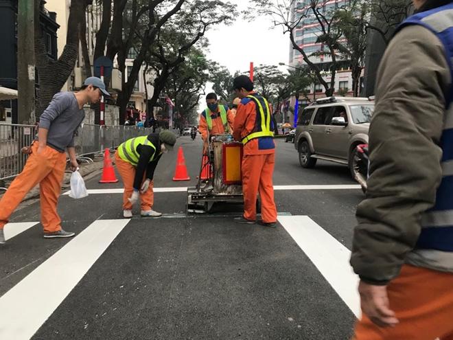 Việc sơn mới vạch dừng đèn đỏ và làn đường cho người đi bộ nằm trong các hoạt động phục vụ cho hội nghị thượng đỉnh Mỹ-Triều sắp tới.
