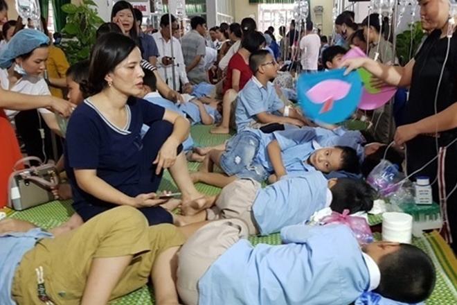 Hàng trăm học sinh tại Ninh Bình phải nhập viện vì ăn phải thực phẩm bẩn tại trường.