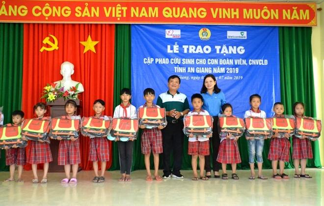 Trao 500 chiếc cặp phao cứu sinh cho học sinh vùng ngập lũ An Giang
