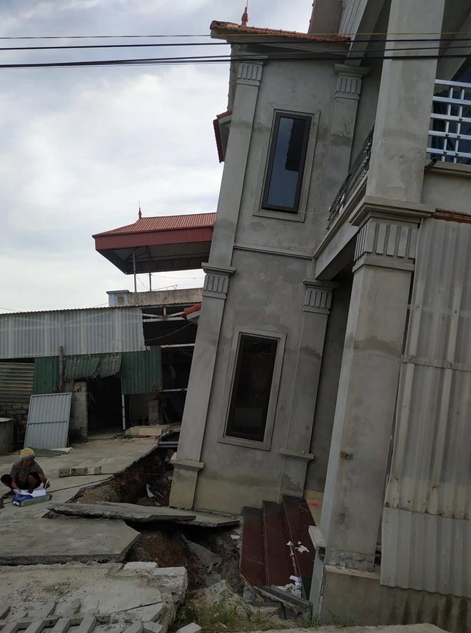 Ngôi nhà kiên cố gần như bị nuốt chửng tầng 1.