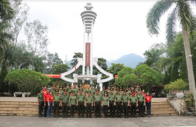 Dâng hương tưởng niệm các anh hùng, liệt sỹ tại Nghĩa trang liệt sĩ Vị Xuyên