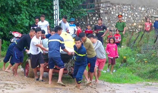 Giúp dân khắc phục hậu quả mưa lũ, tiếp cận bản bị cô lập