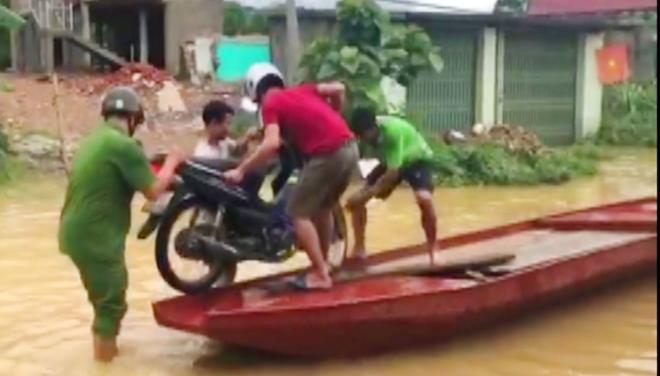 Giúp dân khắc phục hậu quả mưa lũ, tiếp cận bản bị cô lập - Ảnh minh hoạ 3
