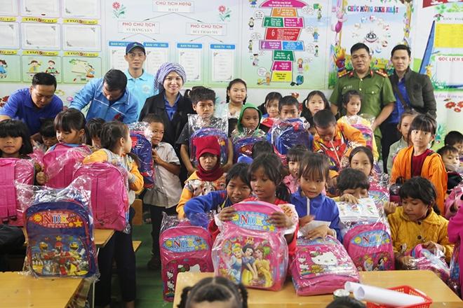 Công an tỉnh Đắk Nông tặng quà cho học sinh và người nghèo tại xã Đắk Rmăng