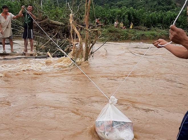 Đưa lương thực vào tiếp tế ở vùng bị nước lũ cô lập.