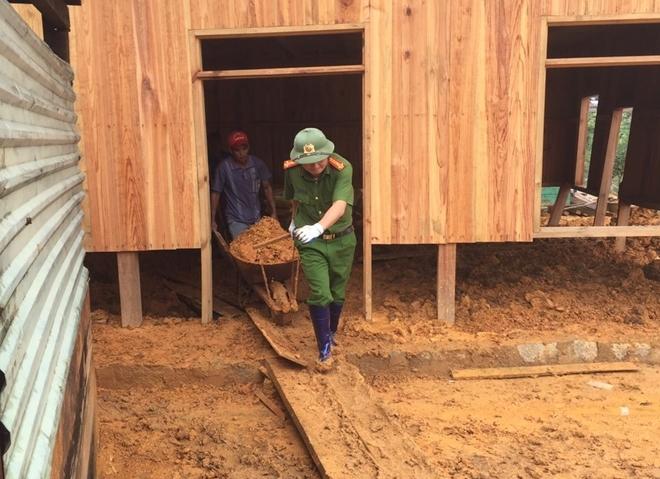 Công an huyện Lạc Dương giúp dân khắc phục hậu quả sau mưa lũ.