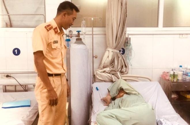 CSGT cứu sống cô gái tự tử giữa dòng nước xiết