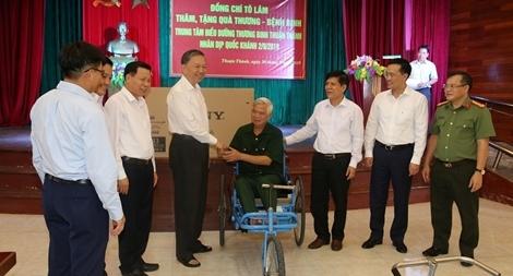 Bộ trưởng Tô Lâm tặng quà các thương binh nặng ở TTĐD Thuận Thành Bắc Ninh