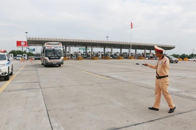 Một ngày làm việc vất vả của Cảnh sát giao thông - Ảnh minh hoạ 2