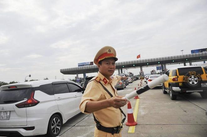 Một ngày làm việc vất vả của Cảnh sát giao thông - Ảnh minh hoạ 8
