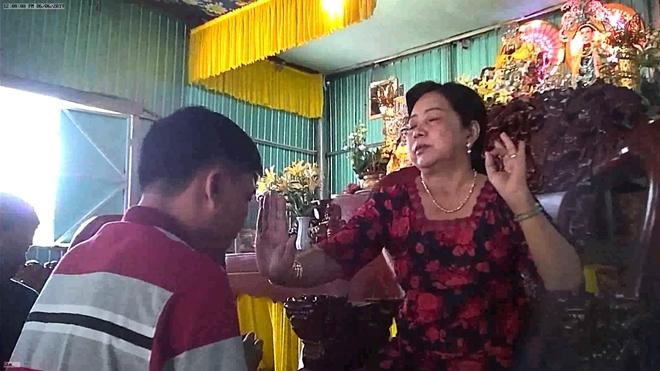 Bà Hường chữa bệnh bằng biện pháp xoa đập, bấm huyệt và ban thuốc thánh cho các bệnh nhân tại am thờ.