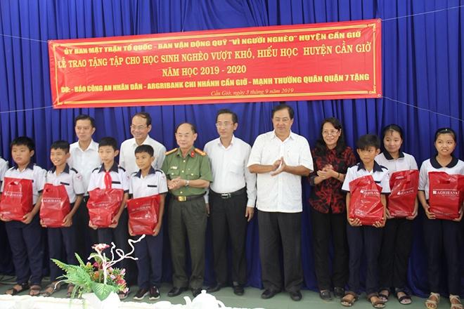 Báo CAND tặng bút, tập vở cho học sinh nghèo vượt khó, huyện đảo Cần Giờ