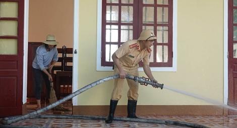 Công an Hương Sơn bám địa bàn, giúp trường học, khắc phục hậu quả mưa lũ