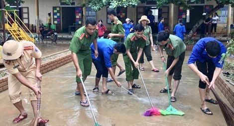 Công an Quảng Bình giúp dân khắc phục hậu quả mưa lũ