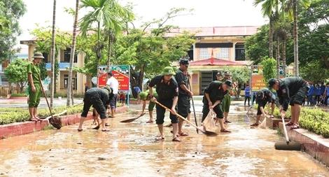 Công an tỉnh Quảng Bình giúp các trường học khắc phục hậu quả lũ lụt