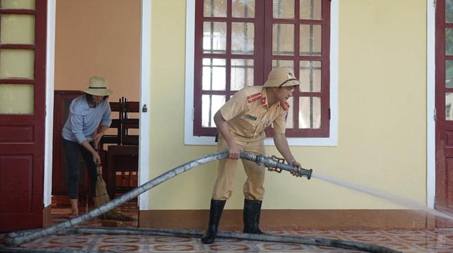 Công an Hương Sơn bám địa bàn, giúp trường học, khắc phục hậu quả mưa lũ - Ảnh minh hoạ 5
