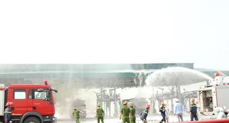 Diễn tập PCCC kho chứa 24 nghìn mét khối xăng dầu