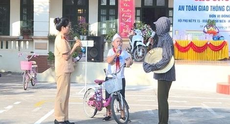 Phụ nữ Công an tỉnh Hưng Yên đưa pháp luật đến với người dân